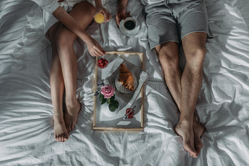 Pares no amor que come o café da manhã imagens de stock