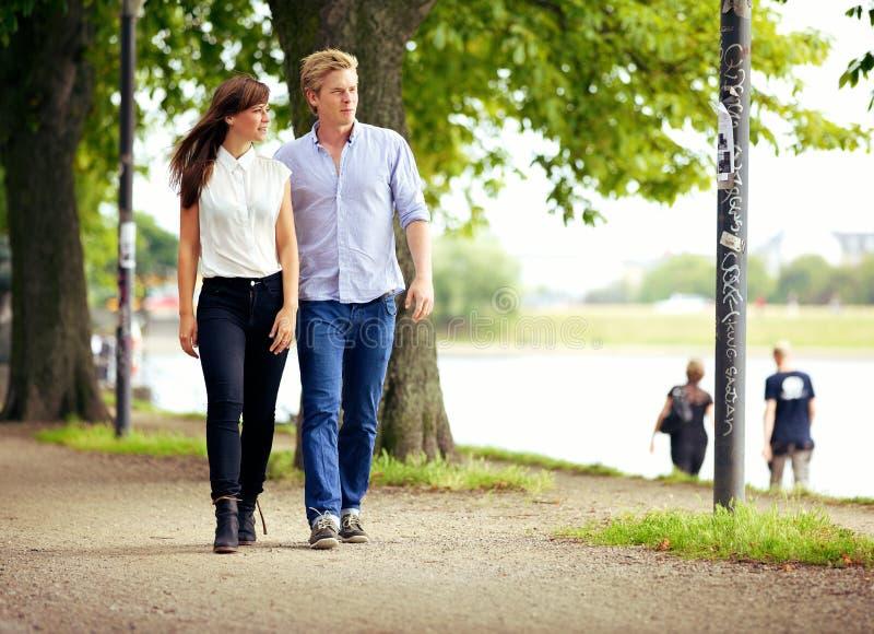 Pares no amor que dá uma volta em um parque imagens de stock
