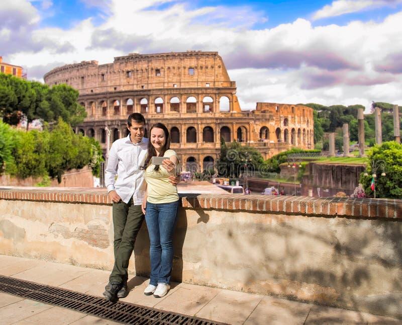 Pares no amor que faz a foto do selfie em Roma imagens de stock