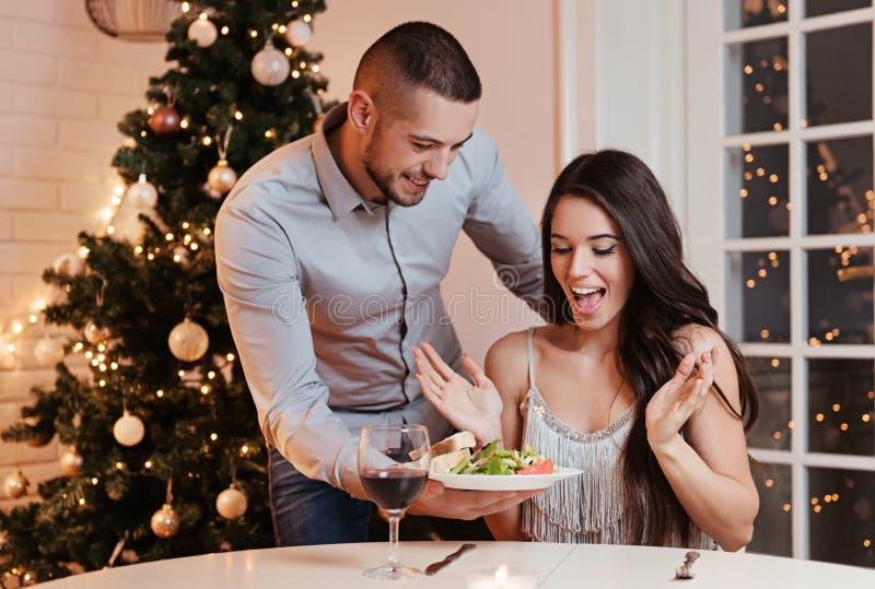 Pares no amor, tendo um jantar romântico foto de stock royalty free