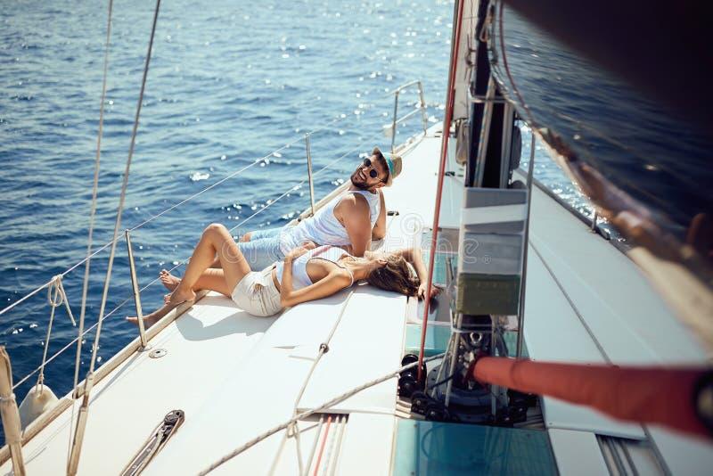 Pares no barco que aprecia no dia de verão fotografia de stock royalty free