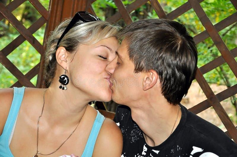 Pares no beijo do amor foto de stock royalty free