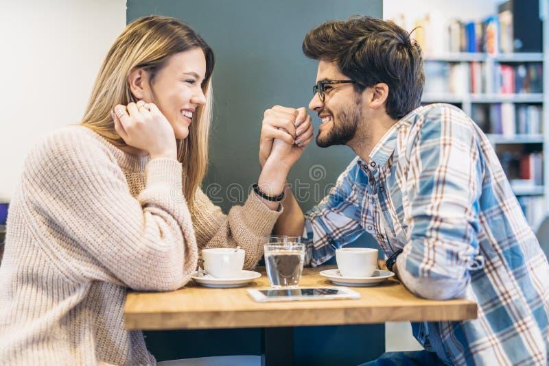 Pares no café que aprecia o tempo que gasta um com o otro imagens de stock