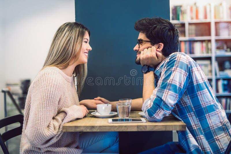 Pares no café que aprecia o tempo que gasta um com o otro imagem de stock royalty free