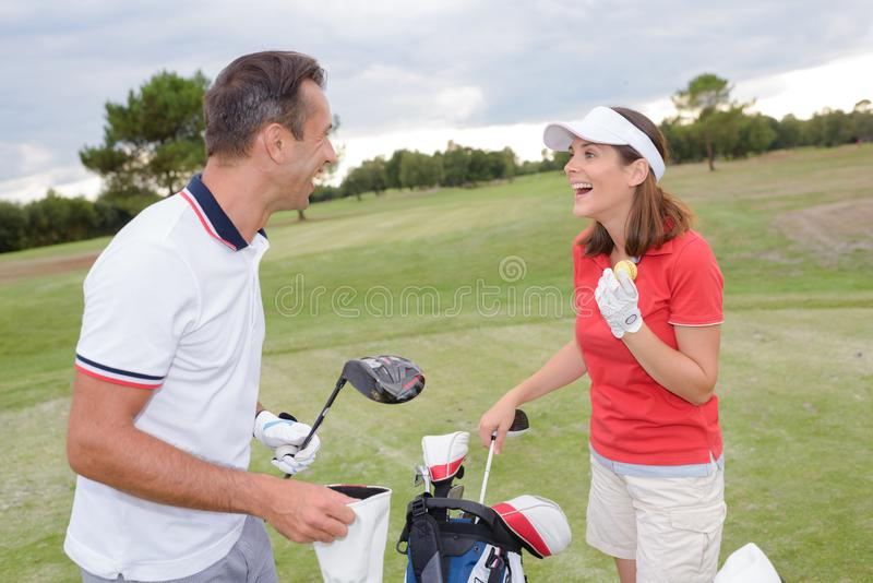 Pares no campo de golfe imagem de stock