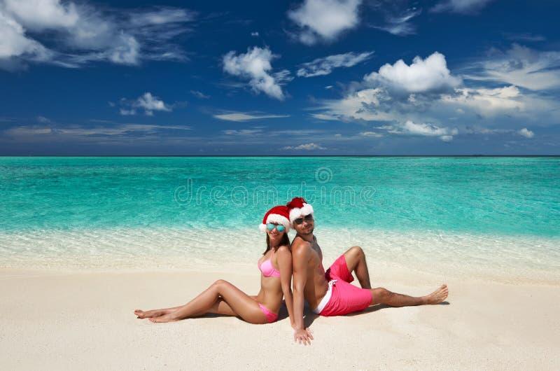 Pares no chapéu de Santa em uma praia em Maldivas foto de stock royalty free