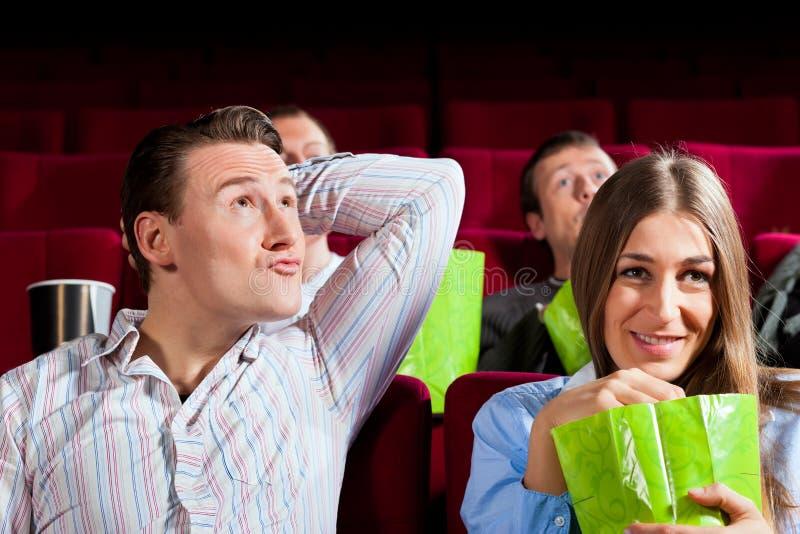 Pares no cinema com pipoca fotografia de stock royalty free