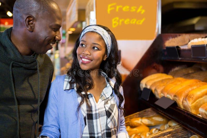 Pares no contador da sobremesa no supermercado imagens de stock royalty free