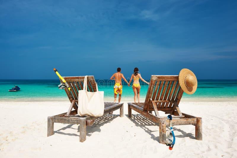 Pares no corredor amarelo em uma praia em Maldivas fotos de stock royalty free