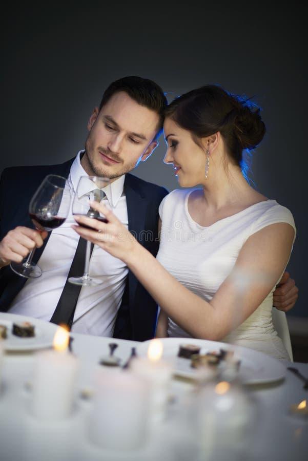 Pares no dia do ` s do Valentim fotos de stock royalty free