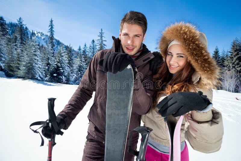 Pares no feriado do esqui foto de stock royalty free