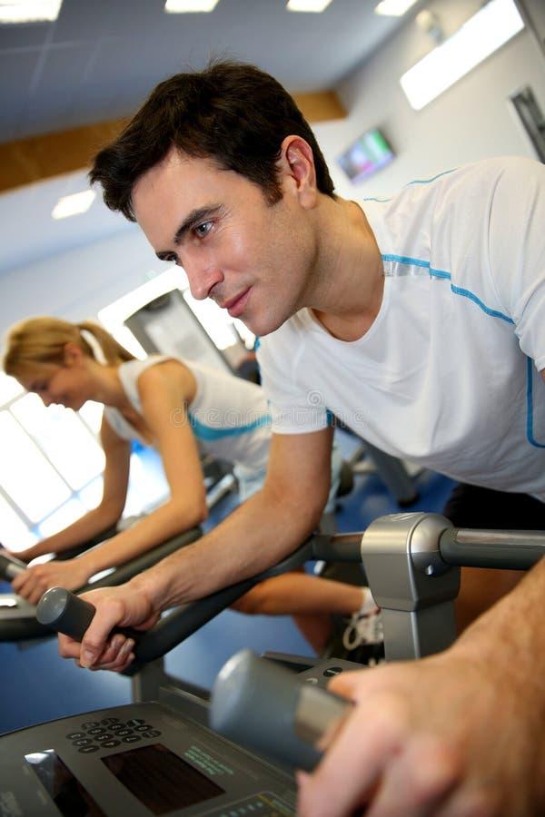 Pares no fitness center imagem de stock royalty free