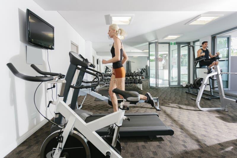 Pares no gym imagens de stock royalty free