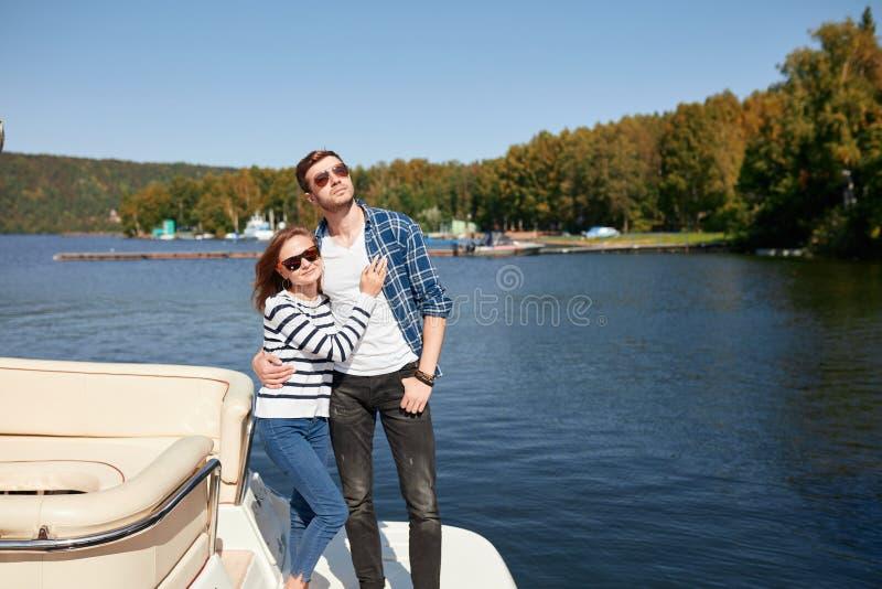 Pares no iate férias no homem e na mulher do barco Navegando o mar fotos de stock