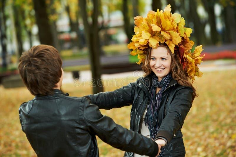 Pares no outono ao ar livre imagem de stock