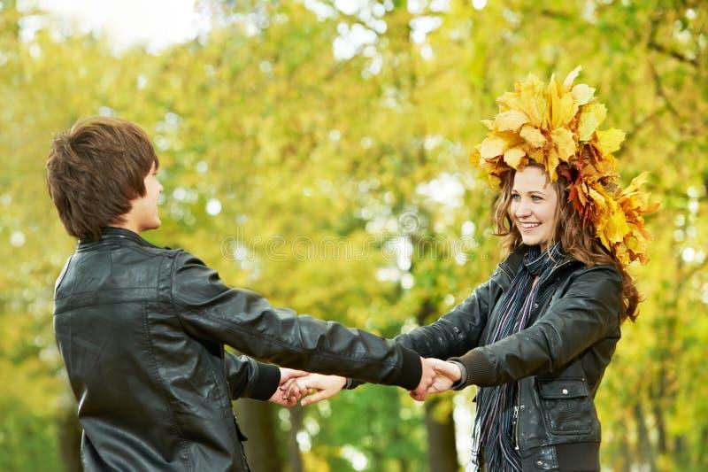 Pares no outono ao ar livre imagens de stock royalty free
