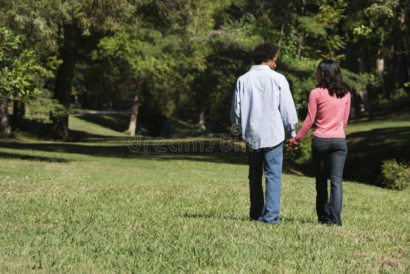 Pares no parque. fotografia de stock