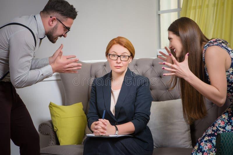 Pares no psychotherapist imagem de stock royalty free
