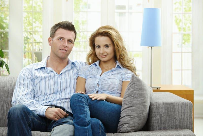 Pares no sofá fotos de stock royalty free