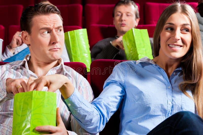 Pares no teatro do cinema com pipoca imagem de stock royalty free