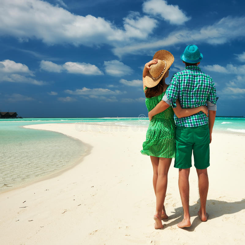 Pares no verde em uma praia em Maldivas imagem de stock royalty free