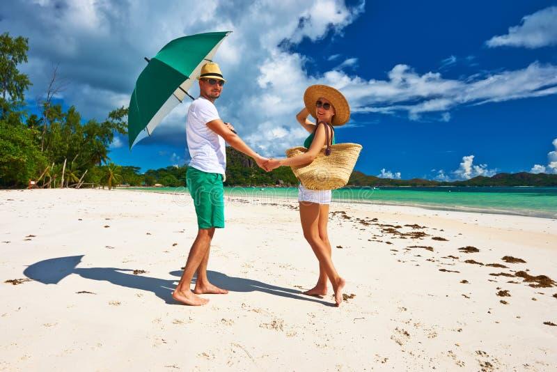 Pares no verde em uma praia em Seychelles fotografia de stock royalty free