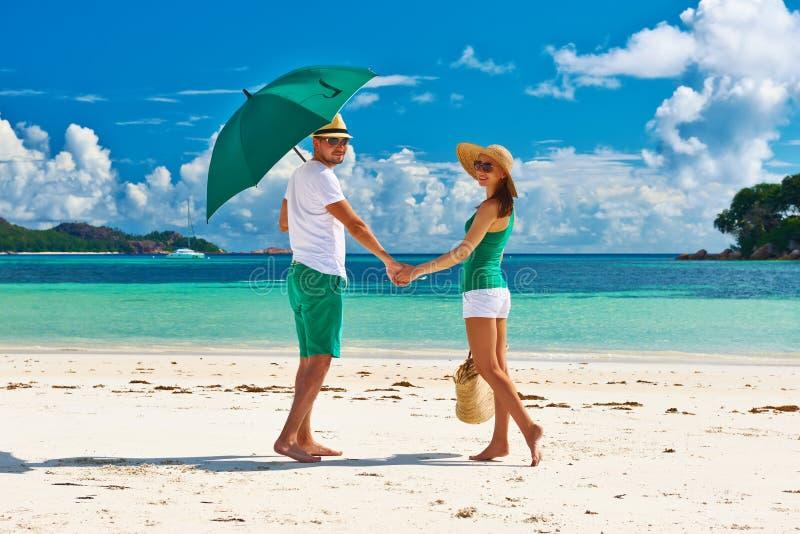Pares no verde em uma praia em Seychelles imagem de stock