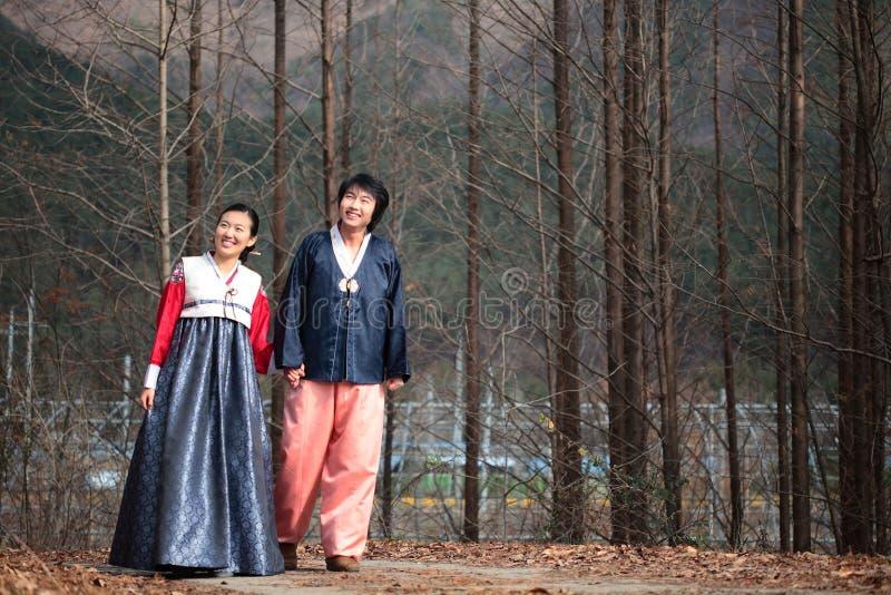 Pares no vestido coreano II fotografia de stock royalty free