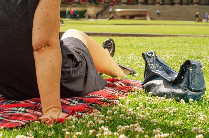 Pares Nos Anos Quarenta Que Relaxam No Parque Imagem de Stock Royalty Free