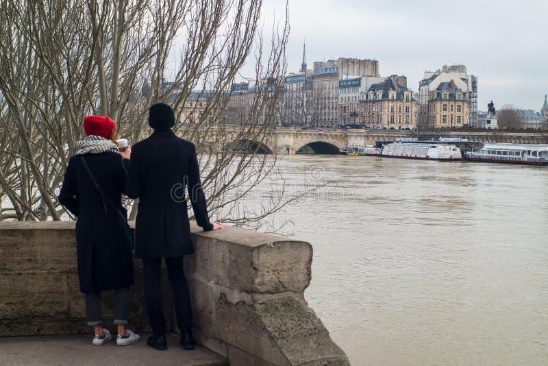 Pares nos bancos inundados do rio Seine, Paris fotos de stock royalty free