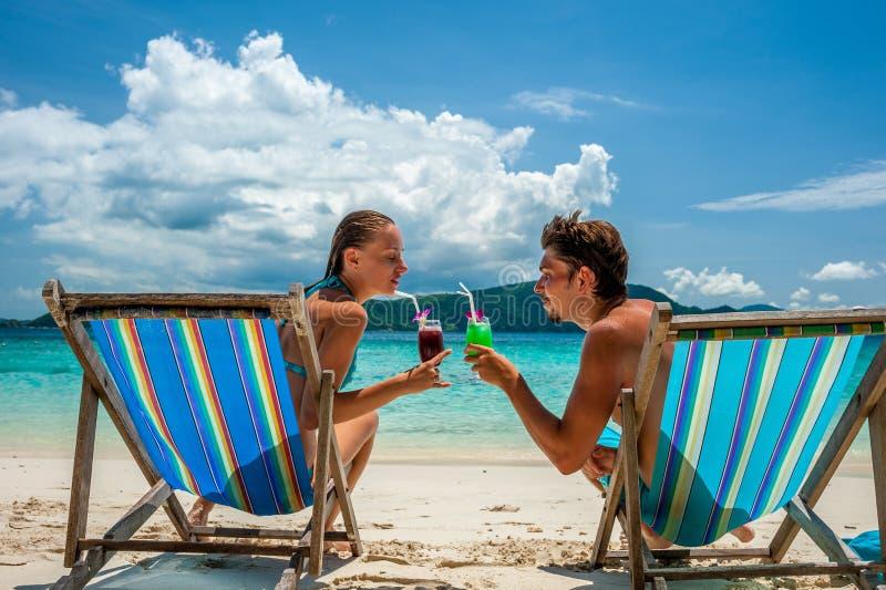 Pares nos vadios em uma praia em Tailândia imagens de stock royalty free