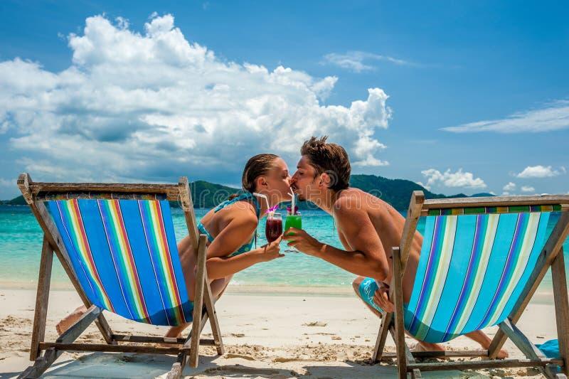 Pares nos vadios em uma praia em Tailândia fotografia de stock royalty free