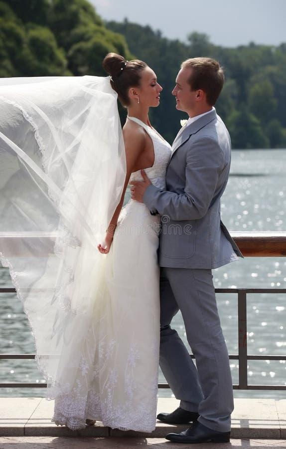 pares Novo-casados imagem de stock royalty free