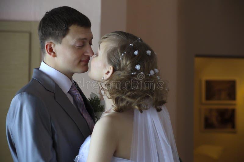 Pares novo-casados felizes fotos de stock royalty free
