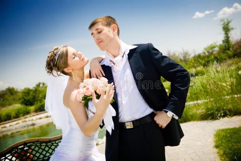 pares Novo-casados no parque imagens de stock royalty free