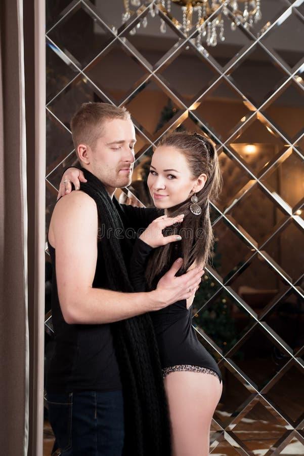 Pares novos, amantes que abraçam no estúdio relacionamento imagem de stock royalty free