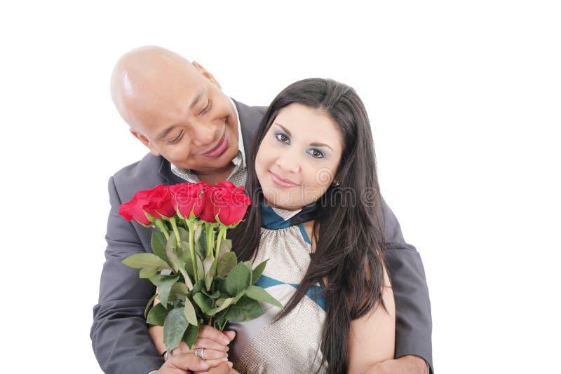 Pares novos americanos com grupo das rosas fotografia de stock royalty free