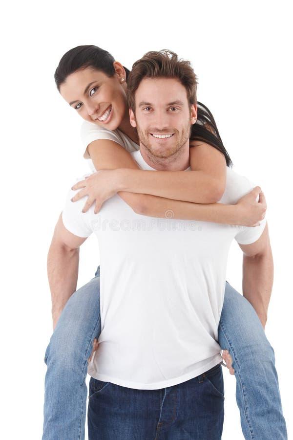 Pares novos atrativos no sorriso do amor fotos de stock