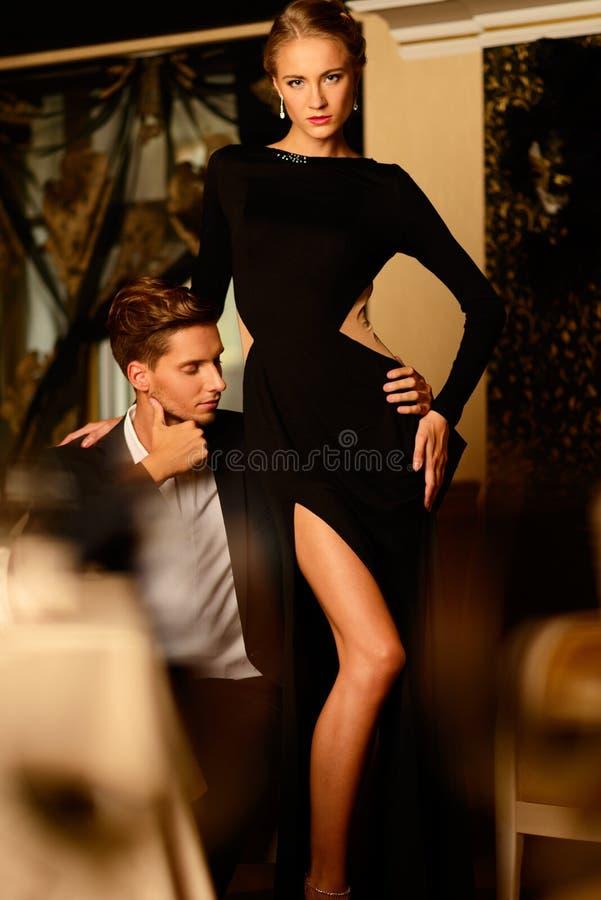 Pares novos bem vestidos 'sexy' imagem de stock royalty free