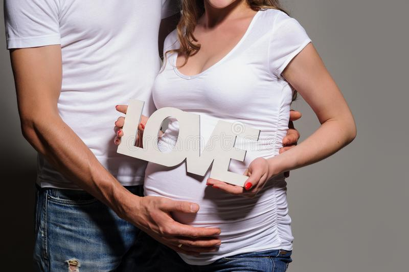 Pares novos bonitos que esperam o beb? imagens de stock royalty free
