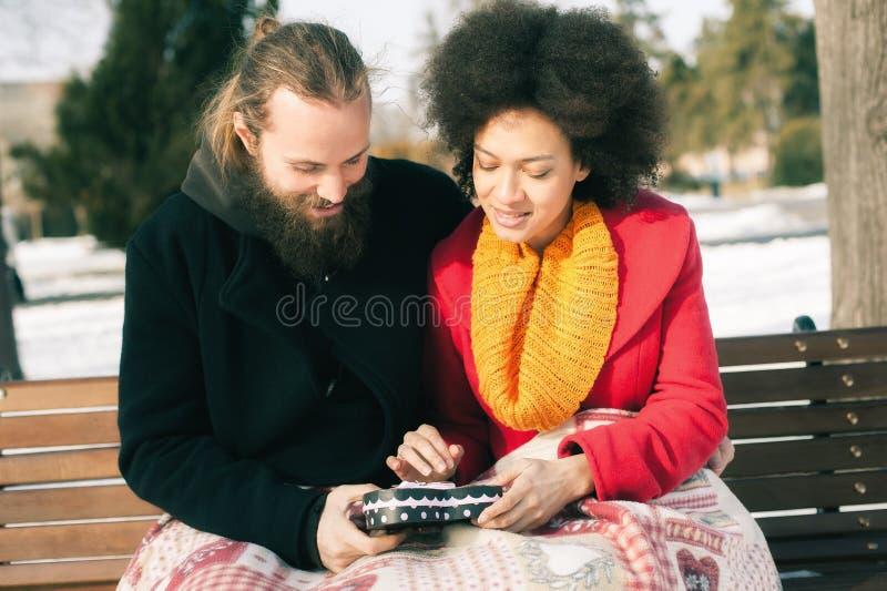Pares novos bonitos que guardam um coração grande no dia de inverno foto de stock royalty free