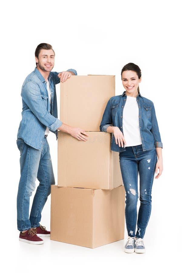 pares novos com as caixas moventes do cartão, fotos de stock