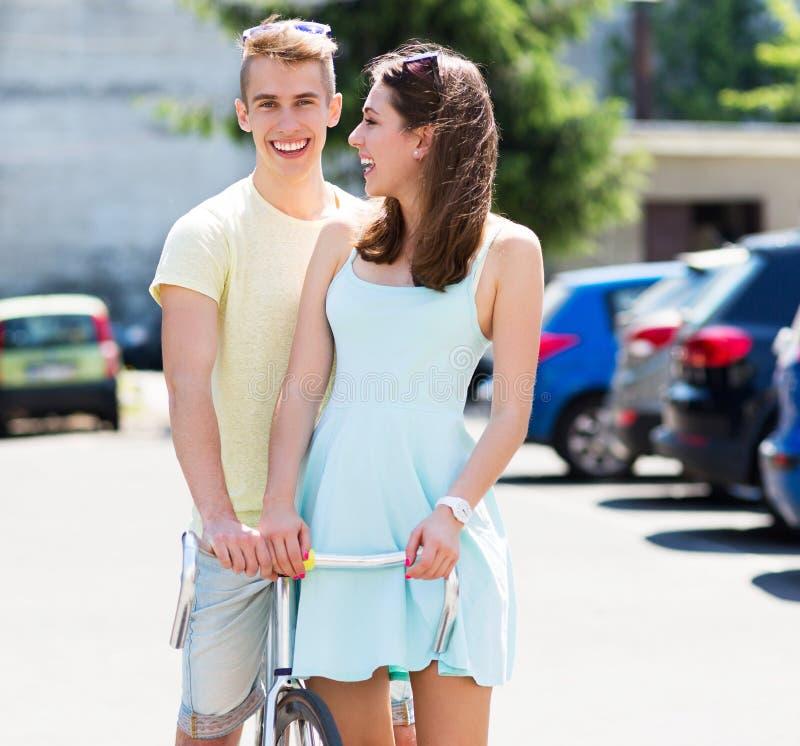 Pares novos com bicicleta fotos de stock