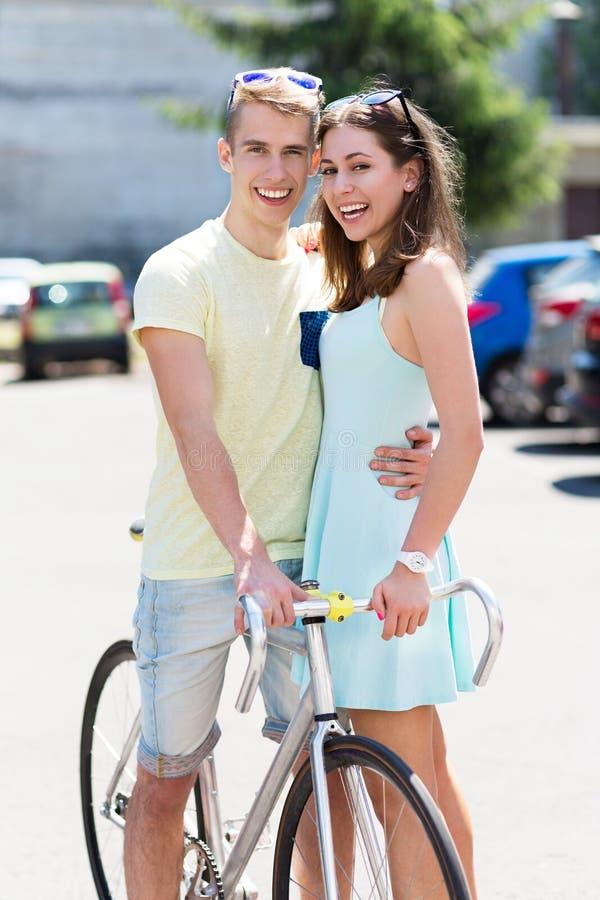 Pares novos com bicicleta fotografia de stock royalty free