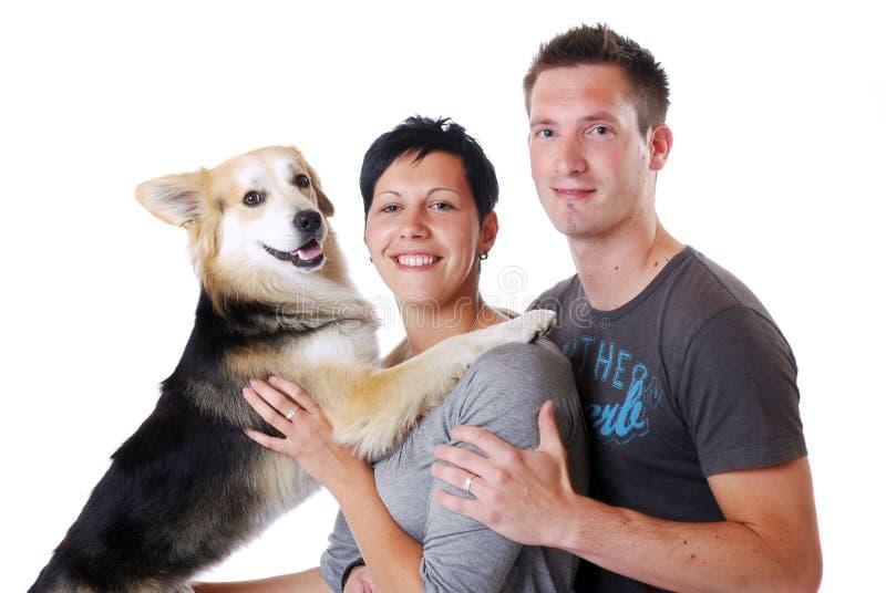 Pares novos com cão imagens de stock