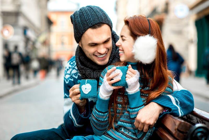 Pares novos com café no inverno fora fotografia de stock