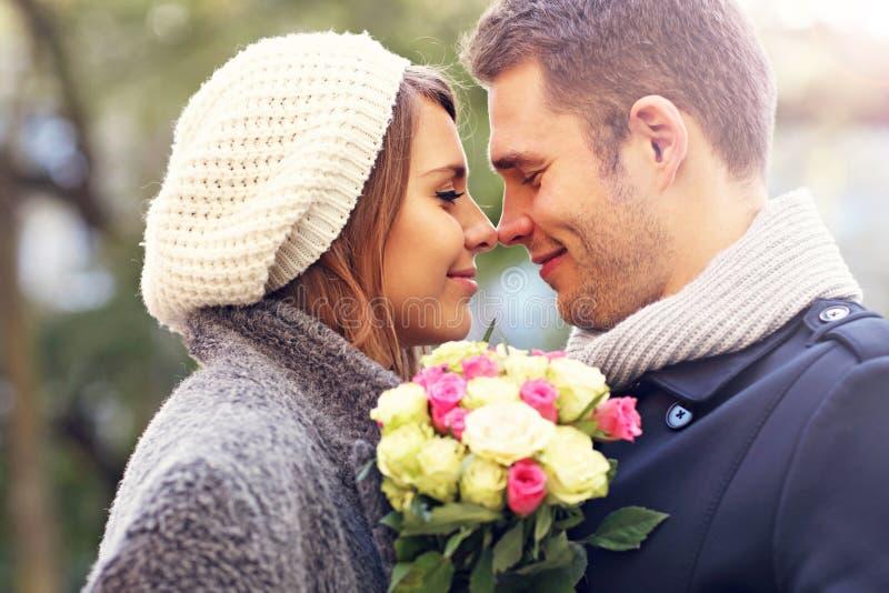 Pares novos com flores imagens de stock royalty free