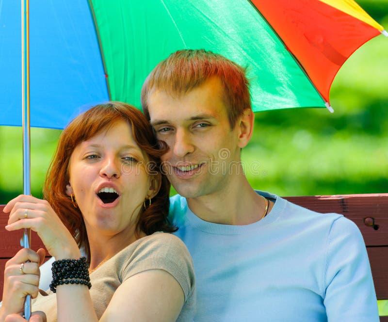 Pares novos com guarda-chuva imagens de stock royalty free