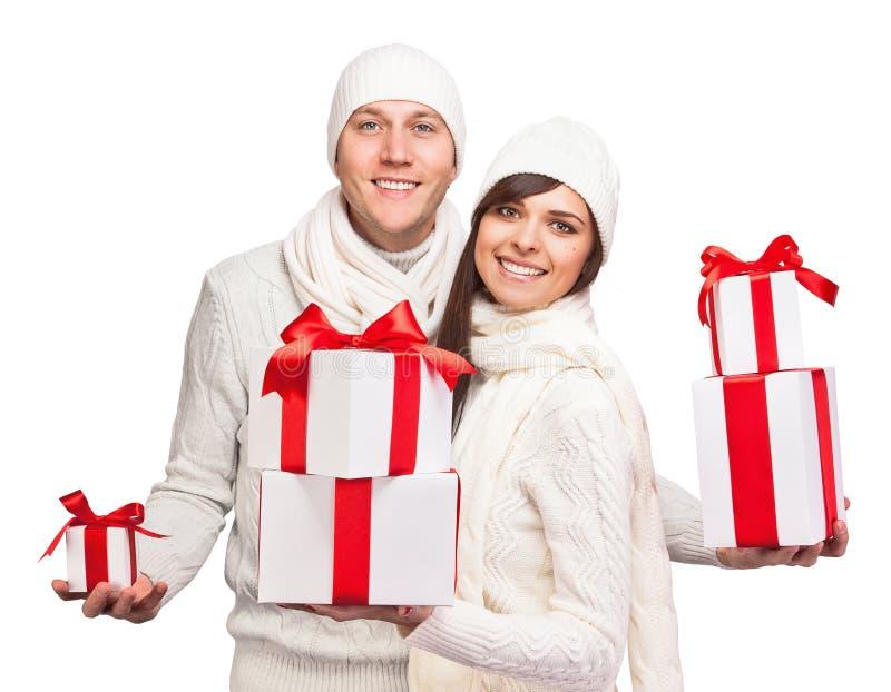 Pares novos com presentes do Natal imagem de stock