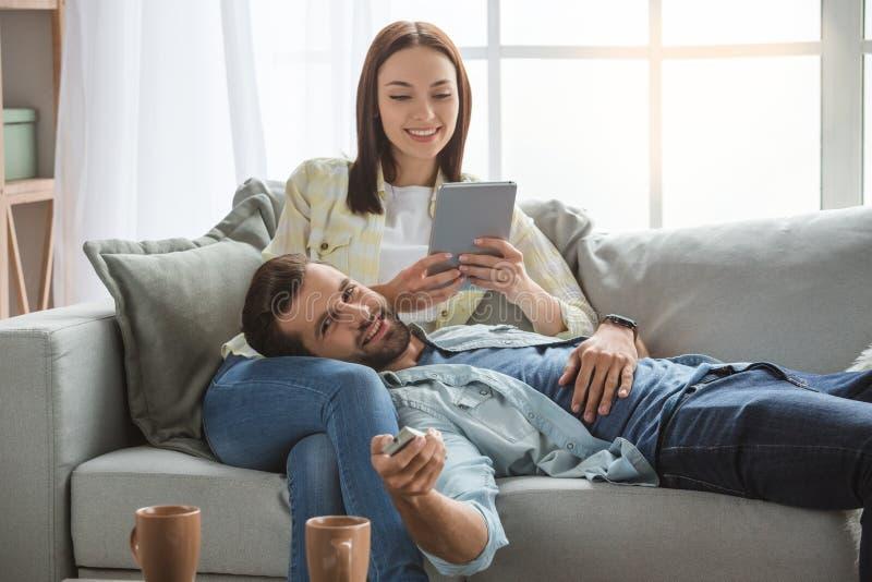 Pares novos da família junto em casa ocasionais imagem de stock royalty free